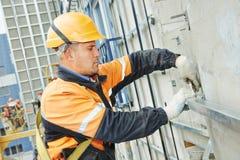 Costruttore sui lavori di costruzione della facciata Immagine Stock Libera da Diritti