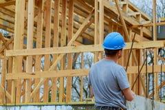 Costruttori in costruzione domestico del cantiere su nuovo fotografia stock libera da diritti