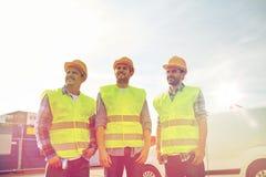 Costruttori maschii felici in alte maglie visibili all'aperto Fotografie Stock Libere da Diritti
