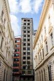 Costruzione abbandonata all'estremità di un corridoio fatto da architettura classica Immagine Stock