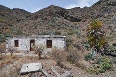 Costruzione abbandonata bianco vuoto nel deserto fotografia stock libera da diritti