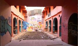 Costruzione abbandonata con i graffiti sulle pareti a Atene, Grecia immagini stock libere da diritti