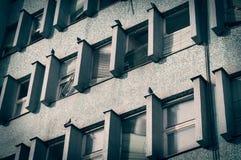 Costruzione abbandonata con le finestre rotte Fotografia Stock