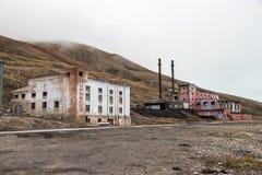 Costruzione abbandonata della centrale elettrica allo stabilimento artico russo Pyramiden immagine stock