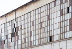 Costruzione abbandonata della fabbrica con i molti Windows rotto Fotografia Stock Libera da Diritti