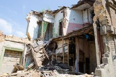 Costruzione abbandonata e devastante in Ucraina, Donbass Guerra dell'Ucraina fotografie stock libere da diritti