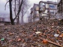 Costruzione abbandonata nella nebbia Fotografie Stock