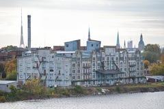 Costruzione abbandonata sulla riva del fiume Fotografia Stock Libera da Diritti