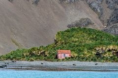 Costruzione abbandonata sulla riva in Jason Harbor, guarnizioni di pelliccia sulla spiaggia e sul paesaggio indigeno nei preceden fotografie stock