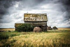 Costruzione abbandonata in un campo Fotografia Stock