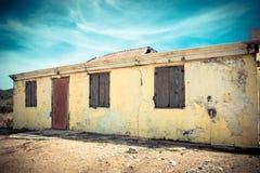 Costruzione abbandonata Weathered con la pelatura della pittura gialla immagini stock