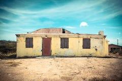 Costruzione abbandonata Weathered con la pelatura della pittura gialla fotografia stock libera da diritti