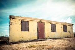 Costruzione abbandonata Weathered con la pelatura della pittura gialla fotografie stock libere da diritti