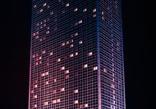 Costruzione alta del grattacielo alla notte, esterno moderno della costruzione Immagine Stock