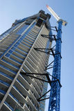 Costruzione alta del grattacielo del grattacielo con la gru, verticale Immagine Stock