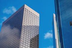 Costruzione alta tecnologia dell'ufficio moderno giù nella città di Immagini Stock Libere da Diritti