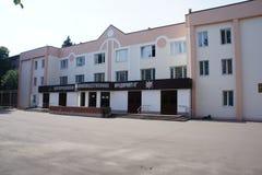 Costruzione amministrativa nella zona industriale della città Dolgoprudny Fotografia Stock Libera da Diritti
