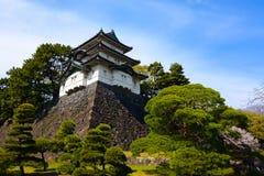 Costruzione antica della torre di guardia di Fujimi-yagura di stile del castello al palazzo imperiale di Tokyo nel Giappone Immagini Stock Libere da Diritti