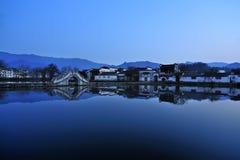 Costruzione antica laterale del lago Fotografia Stock Libera da Diritti