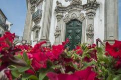 Costruzione antica portoghese con le rose nella priorità alta Immagine Stock