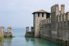 Costruzione antica su un lago Fotografie Stock