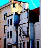 Costruzione antiquata con il lampione e l'uscita di sicurezza alti fotografia stock