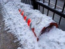 Costruzione arancio del cilindro sotto neve Fotografia Stock