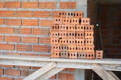 Costruzione arancio della casa del muro di mattoni immagine stock libera da diritti