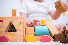 Costruzione asiatica del bambino che gioca il legno dei blocchetti del giocattolo immagini stock libere da diritti
