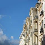 Costruzione bianca alta con i balconi Immagini Stock Libere da Diritti