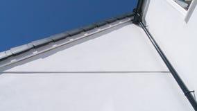 Costruzione bianca con il cielo blu Fotografie Stock Libere da Diritti