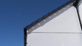 Costruzione bianca con il cielo blu Fotografia Stock Libera da Diritti