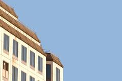 Costruzione bianca con il tetto di mansarda con lo spazio della copia Immagini Stock Libere da Diritti