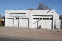 Costruzione bianca del garage Immagini Stock