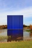 Costruzione blu moderna che riflette in acqua Immagini Stock