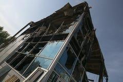 Costruzione bruciata con le finestre rotte di estate fotografie stock