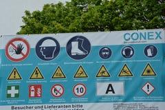 Costruzione che avverte i segni tedeschi con della costruzione molto dettagliata relativa alla sicurezza di molti il segnale di p Fotografia Stock