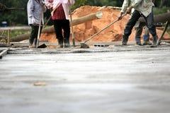 Costruzione che lavora per il pavimento di calcestruzzo Fotografia Stock Libera da Diritti