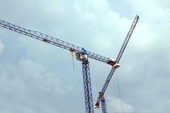 Costruzione che solleva le gru a torre Fotografie Stock Libere da Diritti