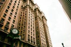 Costruzione classica di architettura con l'atmosfera dorata Immagine Stock Libera da Diritti