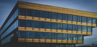 Costruzione Colourful sotto il cielo blu fotografia stock libera da diritti