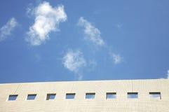 Costruzione con il cielo blu Fotografia Stock Libera da Diritti