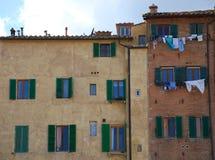 Costruzione con il lavaggio sulla linea, Siena, Italia Fotografia Stock Libera da Diritti