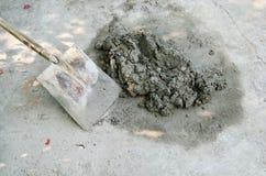 Costruzione con il lavoro concreto del cemento Immagini Stock Libere da Diritti