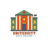 Costruzione con il logo dell'università delle colonne Fotografie Stock Libere da Diritti