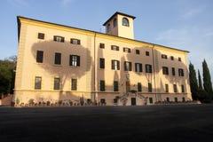 Costruzione con l'ombra degli alberi sopra la facciata (Roma, Italia) Immagine Stock Libera da Diritti