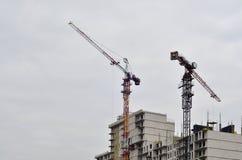 Costruzione in costruzione con la gru Fotografie Stock Libere da Diritti