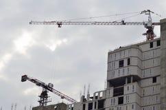 Costruzione in costruzione con la gru Fotografia Stock Libera da Diritti