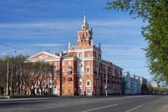 Costruzione con la guglia in Komsomolsk-su-Amur, Russia Immagine Stock
