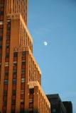 Costruzione con la luna Fotografie Stock Libere da Diritti